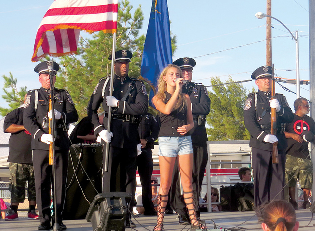 La cantante juvenil Tay Sky fue la encargada de interpretar el himno nacional de Estados Unidos al inicio del evento, provocando los aplausos del público al mostrar una excelsa voz. Martes 2 de a ...