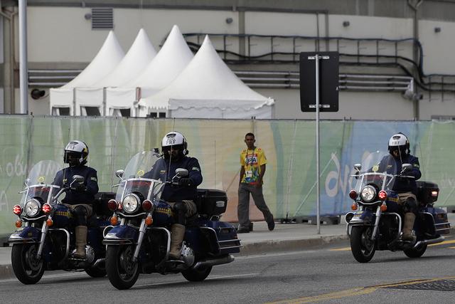 Policía en motocicleta, policía a lo largo de una carretera en el interior del Parque Olímpico, por delante de los Juegos Olímpicos de 2016 en Río de Janeiro, Brasil, el martes 2 de agosto de ...