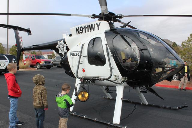 La gente pudo tomarse fotos hasta con el helicóptero del apoyo aéreo policíaco, el sábado 7 de enero de 2017 en Parque Memorial. Foto El Tiempo