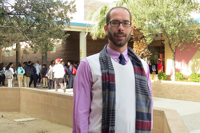 """""""Estamos intentando hacer una conexión entre el idioma que usan en casa y lo que aprenden en la escuela"""": Derek Krollman, profesor de español de la escuela secundaria Jerome D. Mack. Martes  ..."""