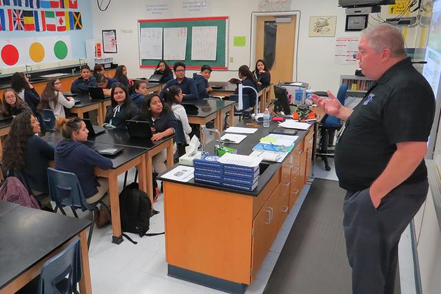 Nicolás Kovalenko es uno de los profesores que enseñan este programa, los estudiantes dicen sentirse cómodos en su clase, la cual es completamente en español. Martes 13 de diciembre en la escu ...