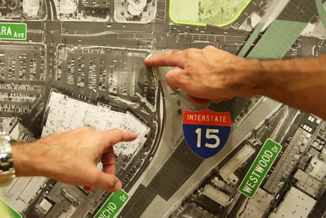 """Asistentes a una reunón pública, el 10 de junio del 2015, sobre la carretera I-15 y los intercambiadores del """"Spaghetti Bowl"""" señalan en una gráfica. (Foto Archivo James Tensuan/Las Vegas-Revi ..."""