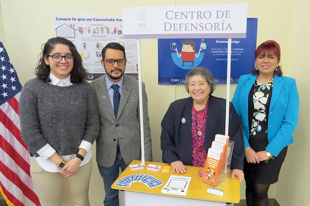 La cónsul adscrita, Laura Espinosa e integrantes del Departamento de Protección del Consulado de México en Las Vegas, durante la apertura de la ventanilla 'Centro de Defensoría'. | Foto El ...