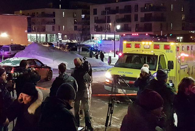 Una ambulancia está estacionada en el lugar donde poco antes ocurió una balacera que dejó varios murtos en un Centro Cultural del Islam, en Quebec, Canadá, el domingo 29 de enero del 2017. (Ma ...