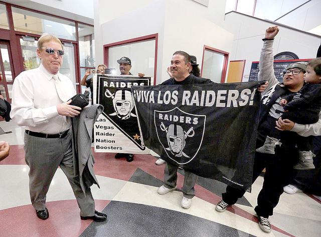 El dueño de los Raiders de Oakland, Mark Davis camina al lado de los seguidores de su equipo , antes de la reunion que ssostuvo con el comité de UNLV en Las Vegas, el jueves 28 de abril de 2016. ...