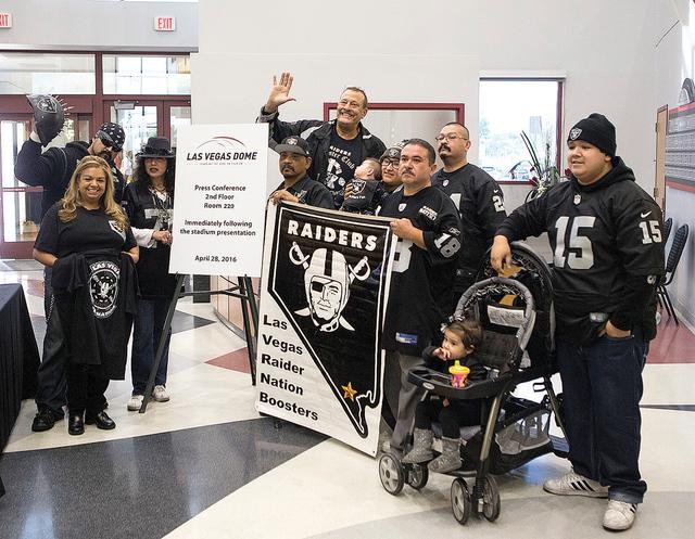 Seguidores de los Raiders, posan dentro del Stan Fulton Building  en UNLV antes de reunirse con los Raiders de Oakland y la directiva local de UNLV, para discutir sobre el estadio propuesto en Las ...