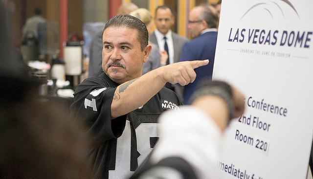Tony Curiel dentro del Stan Fulton Building en UNLV antes de la reunión de los Oakland Raiders y directivos de UNLV para discutir sobre el estadio propuesto en Las Vegas, el jueves 28 de abril 20 ...