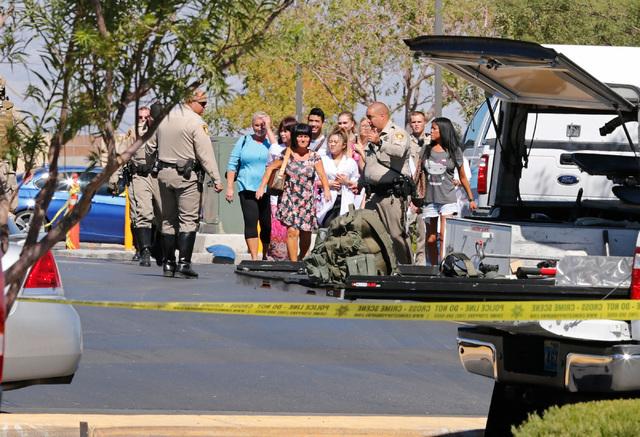 Agentes de la Policía Metropolitana evacuaron la zona de la plaza comercial donde en un Starbucks un hombre abrió fuego y luego hizo falsa alerta de una bomba en el lugar, Rainbow y Warm Springs ...