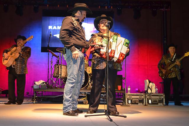 Ramón Ayala Jr. y el Rey del Acordeón, cantaron en dúo para el deleite de sus seguidores, el sábado 20 de agosto de 2016 en Craig Ranch Regional Park Amphitheater. Foto El Tiempo