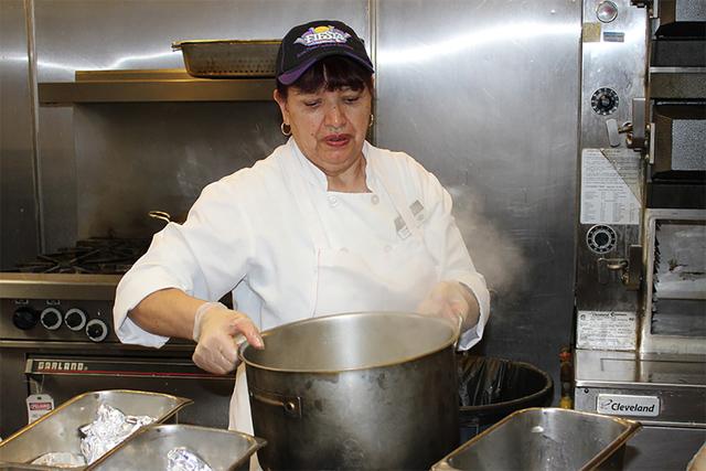 Raquel Flores es una cocinera mexicana, que prepara con gusto un aproximado de 800 tamales a la semana en el restaurante Garduños desde 1997. Se calcula que desde esta fecha ha elaborado medio mi ...