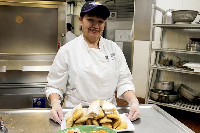 La cocinera del restaurante Garduños dentro del Casino Fiesta Rancho, Raquel Flores ha preparado cerca de medio millón de tamales con su receta secreta desde 1997. La aceptación de esta comida  ...