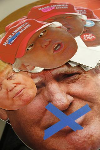 """Fotografias en cartón del rostro de Donald Trump fueron vistas en evento de la organización """"For Nevada's Future"""", llevado a cabo en North Las Vegas, mientras el candidato daba su discurso sob ..."""