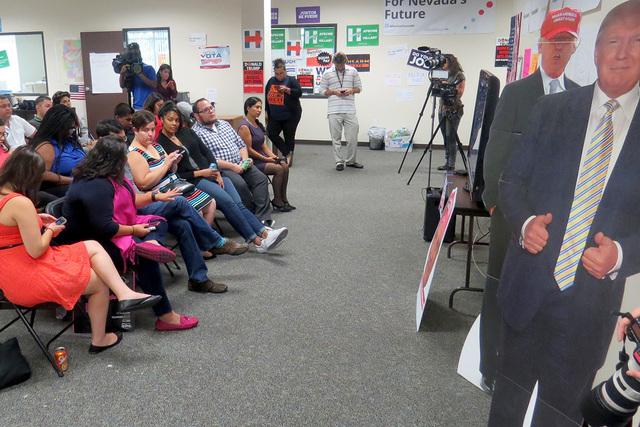 Organizaciones pro inmigrantes se reunieron en la oficina de 'For Nevada's Future' para escuchar el discurso del candidato Donald Trump, con quien se mostraron en desacuerdo. Miércoles 31 d ...