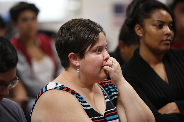Annette Magnus de Las Vegas, reacciona ante las palabras del republicano Donald Trump, quien aparece en la pantalla de televisión, sobre sus planes para abordar el tema de migración. | Chitose S ...