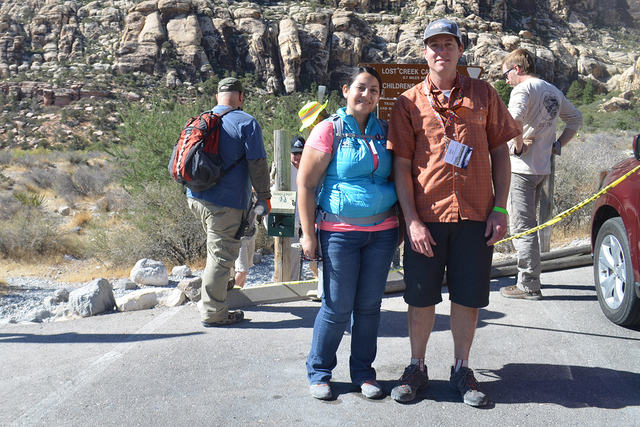 Jocelyn Directora de Fundación Nacional de Conservación de Tierras y Dave quien también forma parte de la Fundación, vemos detrás a voluntarios trabajando. | Foto El Tiempo/Lizette Carranza