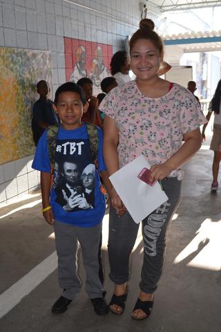 El pequeño Christopher junto a sus hermana Carmen quien lo llevó a su primer día de clases a Matt Kelly Elementary School, el lunes 29 de agosto de 2016. Foto El Tiempo