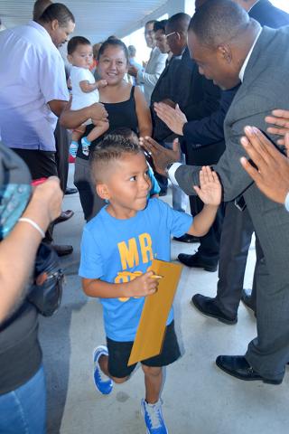 Junior conmocionado ante emotivo recibimiento en su escuela, el lunes 29 de agosto de 2016. Foto El Tiempo