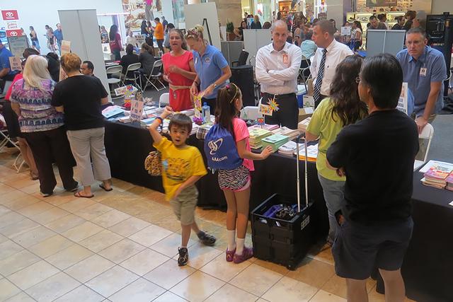 En distintas áreas del centro comercial, organizaciones e instituciones atendieron a decenas de personas brindándoles información oportuna como almuerzos escolares, servicios de transporte, edu ...