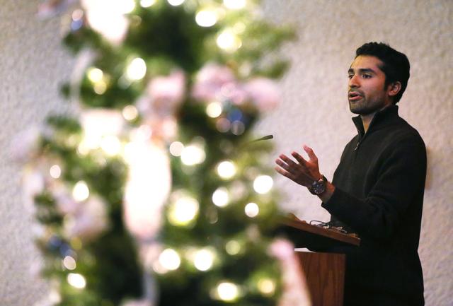 David López habla durante el Día de Conmemoración de las Víctimas de Accidentes en el Camino, el domingo 20 de noviembre del 2016 en Palm Mortuary del Centro de Las Vegas. (Benjamin Hager/Las  ...