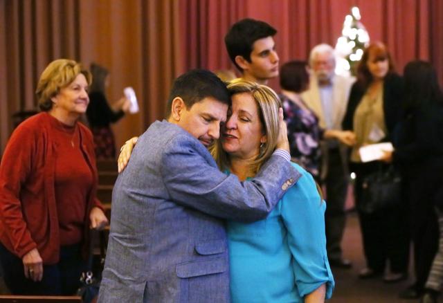 El senador estatal Mark Manendo (D-Nev), abraza y conforta a Tina LaVoie cuya hija falleció en un accidente de auto. La señora LaVoie, su esposo y su hija sobreviviente fueron una de las familia ...