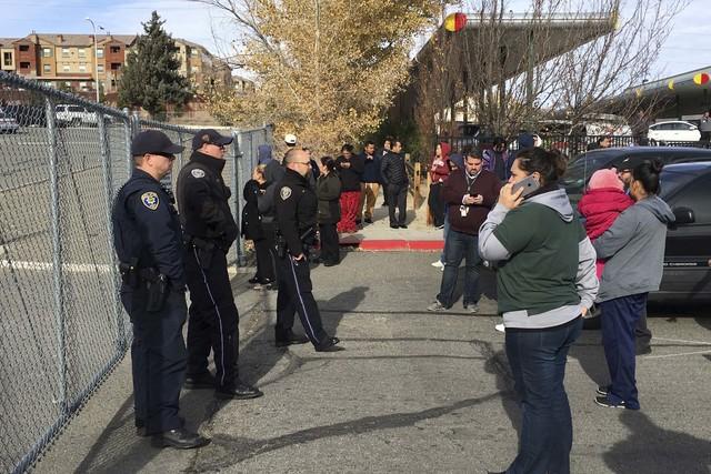 """Padres de familia esperan afuera de la """"Hug High School"""" en Reno, Nevada, cerrada después que un oficial de policía hirió a un estudiante que portaba un cuchillo, el 7 de diciembre del 2016. (A ..."""