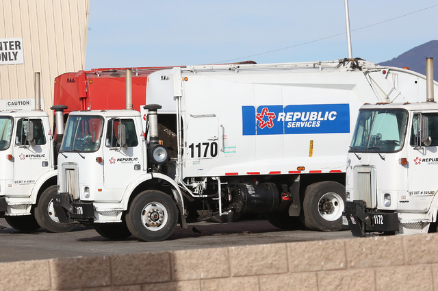 Camiones de Republic Services están alineados en instalaciones de la empresa en North Las Vegas, el 7 de diciembre del 2016. (Bizuayehu Tesfaye/Las Vegas Review-Journal) @bizutesfaye).