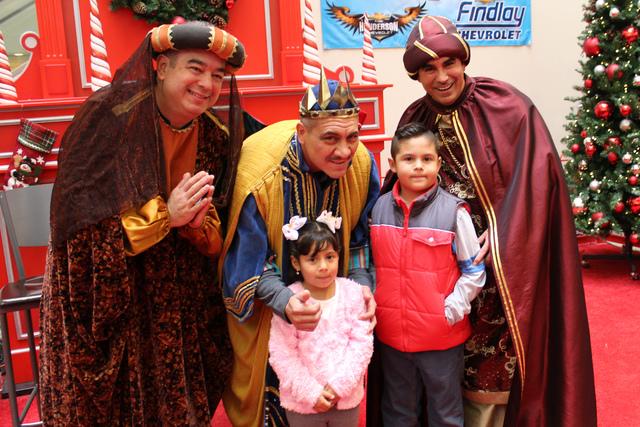 Los niños Vera se tomaron la fotografía con los Reyes Magos, el sábado 8 de enero de 2017 en Meadow Mall. | Foto El Tiempo/Cristian De la Rosa