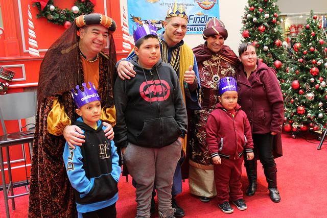 La familia Saucedo busca preservar la tradición del día de Reyes a sus niños, el sábado 8 de enero de 2017. | Foto El Tiempo/Cristian De la Rosa