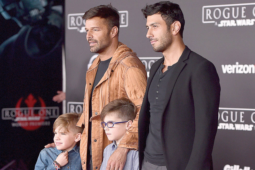 """Ricky Martin, segundo a la izquierda, Jwan Yosef, a la derecha, Matteo Martin, a la izquierda, y Valentino Martin llegan al estreno mundial de """"Rogue One: A Star Wars Story"""" en el Pantages Theatre ..."""