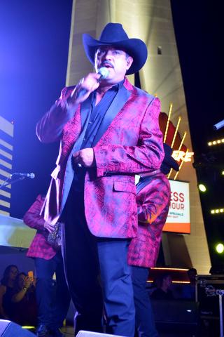 Daniel Esquivel vocalista de Rieleros del Norte interpreta uno de los éxitos de la agrupación, el jueves 4 de agosto de 2016 en la alberca del casino Stratosphere. Foto El Tiempo