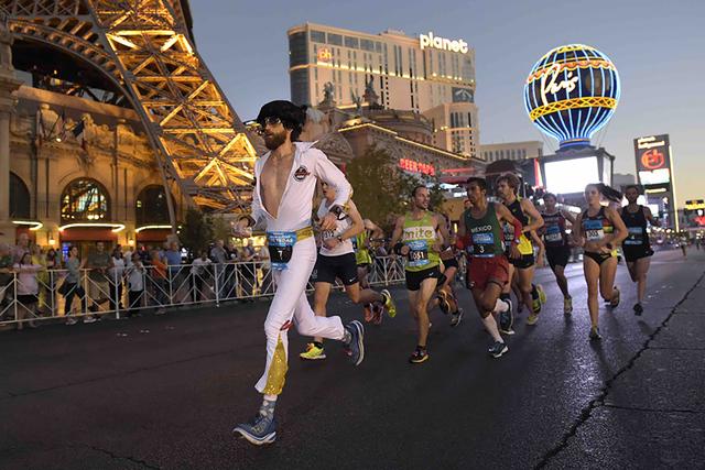 Michael Wardian es el ganador del maratón y el primer ganador de un maratón que lleva un traje de Elvis. Michael Wardian al frente de un grupo durante el Rock'n'Roll Las Vegas Marathon, el 1 ...