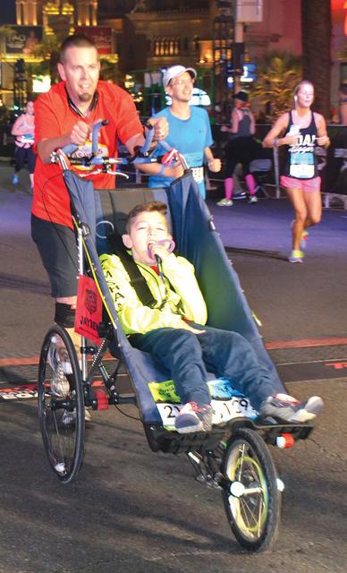 Las carreras en sillas de ruedas demuestra que cuando se quiere se puede, en la foto el papa de John haciendo su mejor esfuerzo al llegar a la meta con alrededor de 3 horas. Foto El Tiempo