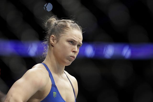 Ronda Rousey antes de su campeonato de peso gallo de las mujeres mezclado combate de artes marciales con Amanda Nunes en UFC 207, el viernes, 30 de diciembre de 2016, en Las Vegas. (AP Photo / Joh ...
