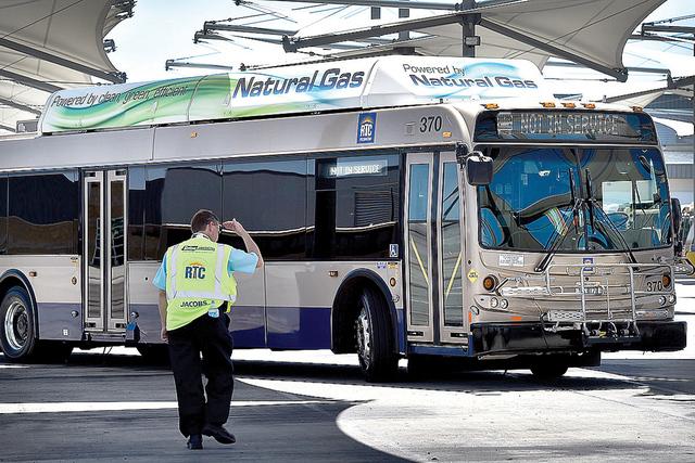 Steve Gebhard, gerente de serviciosde  ota de la Comisión Regional de Transporte, saluda a un conductor a su llegada a la estación de autobuses, el lunes 22 de junio de 2015. (David Becker / Las ...