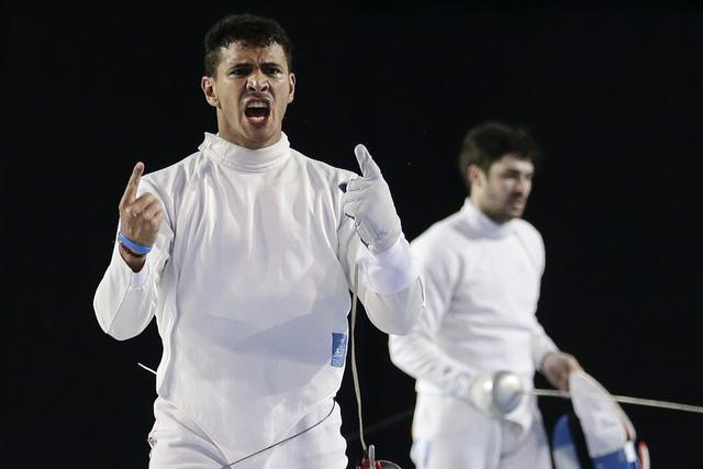 En esta foto de archivo, muestra aRubén Limardo de Venezuela, izq., después de obtener el triunfo contra José Domínguez de Argentina, der., durante la final de espadas en los Juegos Panamerica ...