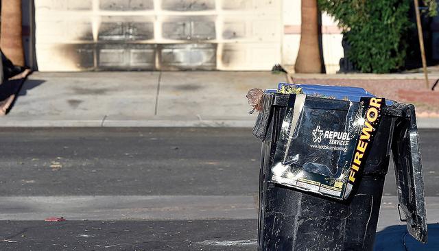 Envolturas de fuegos pirotécnicos son vistos en basureros cerca de una casa en 7716 Picnic St. con daños de fuego el martes 5 de julio, 2016 en Las Vegas. Una niña sufrió graves quemaduras lue ...