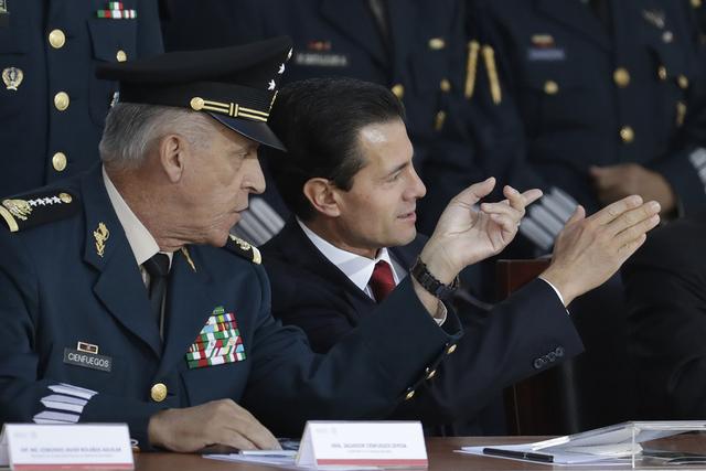"""El presidente de México, Enrique Pena Nieto, habla con su secretario de Defensa Salvador Cienfuegos Zepeda durante la conmemoración anual de la """"Marcha de la Lealtad"""" en el Castillo de Chapultep ..."""