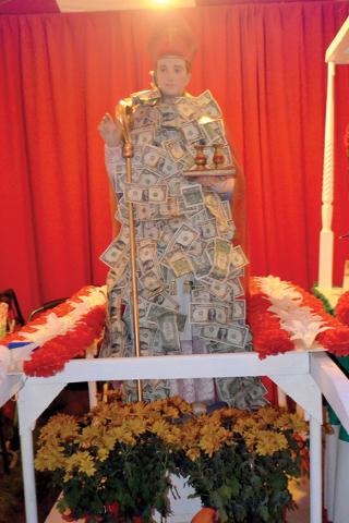 Altar del Santo patrón San Genaro, expuesto es el San Gennaro Feast, el domingo 18 de 2016, durante su clausura en Craig Ranch Regional Park. Foto El Tiempo