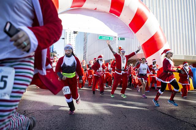 Los participantes de la 12ª anual 'Las Vegas Great Santa Run', que beneficia a Opportunity Village, el sábado 3 de diciembre de 2016, en el centro de Las Vegas. | Foto Elizabeth Page Brumley/Las ...