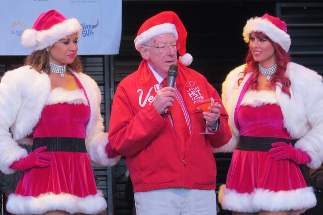 SANTAS 2: El ex alcalde Óscar Goodman estuvo presente en el evento para dirigir unas palabras previas al comienzo de 'Las Vegas Great Santa Run ', el sábado 3 de diciembre en el centro de La ...