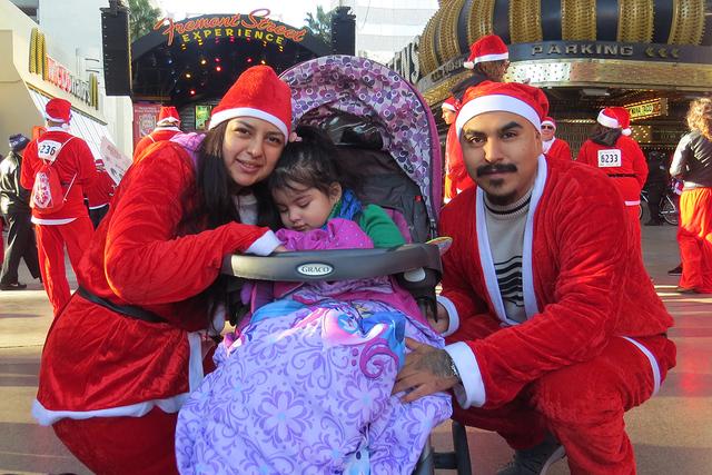 SANTAS 3: La familia Santos Gamboa acudió por primera vez a esta carrera, ya que la consideraron como un buen evento para unir a la familia, el sábado 3 de diciembre en el centro de Las Vegas. | ...