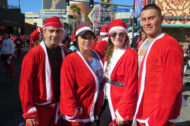 SANTAS 4: La familia Muñoz viajó desde El Paso, Texas para participar en este evento navideño, ya que para ellos es una tradición anual, el sábado 3 de diciembre en el centro de Las Vegas. |  ...
