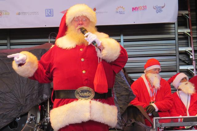 SANTAS 5: 'Santa Claus' estuvo presente para motivar a los presentes, incluso interpretó algunas canciones navideñas antes de que la carrera iniciara, sábado 3 de diciembre en el centro de  ...