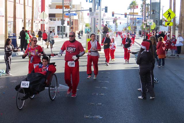 SANTAS 8 Y 9: Los participantes con discapacidad tuvieron la oportunidad de iniciar la carrera en compañía de sus familiares, el sábado 3 de diciembre en el centro de Las Vegas. | Foto El Tiemp ...