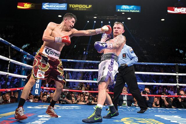 Leo Santa Cruz, a la izquierda, lanza un puñetazo contra Carl Frampton en la pelea del campeonato de peso pluma de la AMB en MGM Grand Garden Arena el sábado, 28 de enero de 2017 en Las Vegas. ( ...
