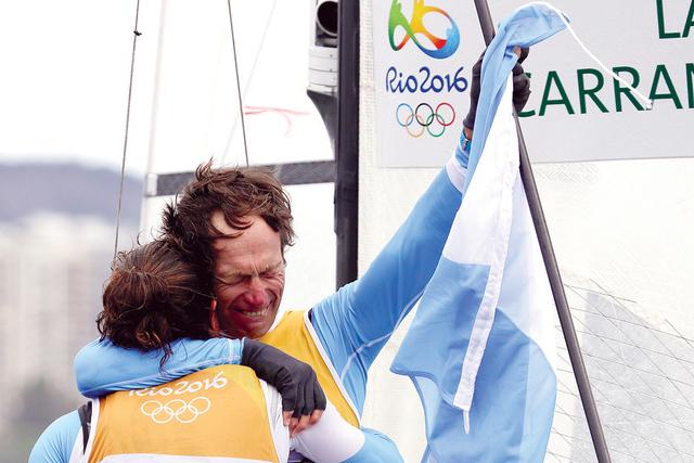En primer lugar se coloca Santiago Lange, derecha, y Cecilia Carranza Saroli de Argentina.   Foto AP/Gregorio Borgia.