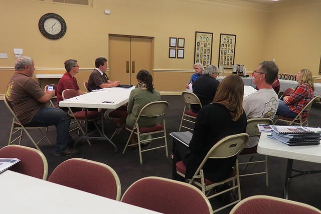 Docentes de la escuela John C. Fremont se reunieron, antes de la junta con padres de familia, para externar su preocupación ante el posible cierre del plantel académico. Jueves 10 de noviembre e ...