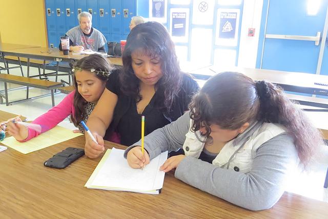 La señora María Pérez acudió en compañía de sus dos hijas para escribir cartas a los directivos del Distrito Escolar del Condado de Clark y pedirles que no cierren la escuela. Sábado 12 de  ...