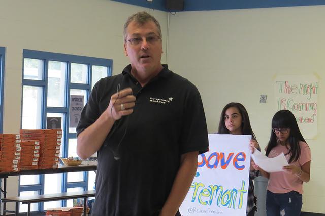 """""""El hecho de que el distrito (escolar) no está hablando con nuestras familias, no están escuchando, es horrible"""": Profesor Shawn Kelly. Sábado 12 de noviembre en la escuela Fremont. Foto: E ..."""