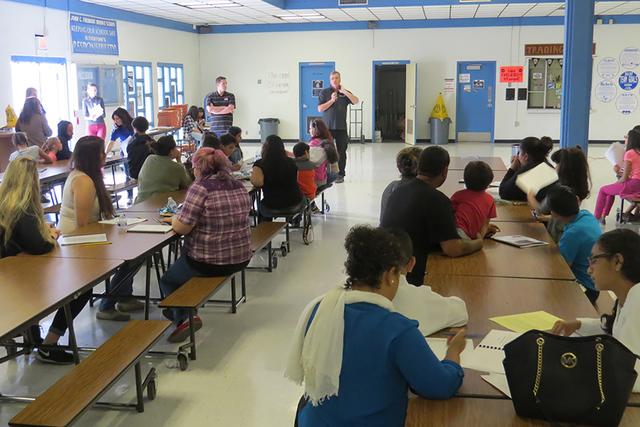 Padres de familia y estudiantes acudieron a la reunión comunitaria para tratar de expresar su opinión a las autoridades del Distrito Escolar del Condado de Clark. Sábado 12 de noviembre en la e ...